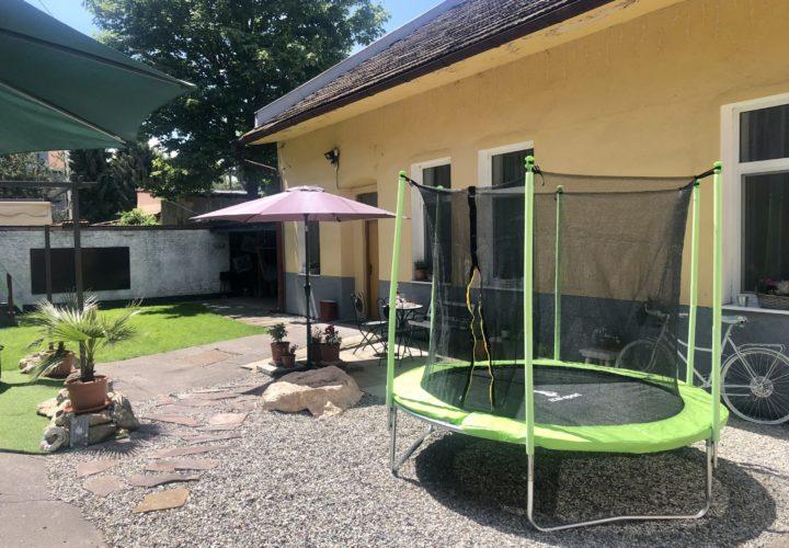 Trampolína v záhrade